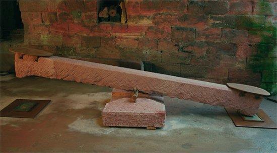 <strong>Balance-Akt</strong> 2006<br /> Sandstein, Eisen, Blei<br />245 x 79 x 45 cm