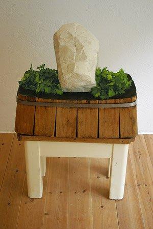 <strong>Mein Freund und mein Feind </strong>2002<br />Kalkstein, Fleischerbock, Petersilie<br />63 x 38 x 99 cm